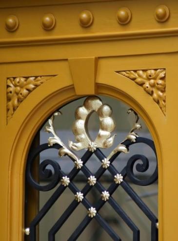 В Одессе установили первую отреставрированную дверь волонтерского проекта Тысячи дверей Одессы