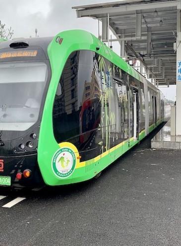 В Китае запустили беспилотные трамваи без рельсов: они дешевле метро и обычных трамваев