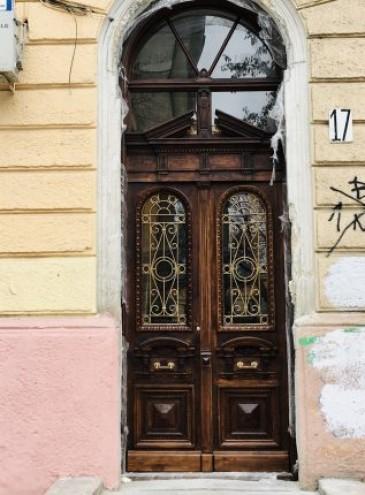 В Одессе установили первую восстановленную старинную дверь – это начало городского проекта реставрации