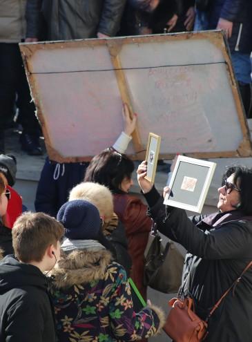 В Одессе двое художников раздавали бесплатно свои работы: в очереди за «шаровыми» картинами возникла давка