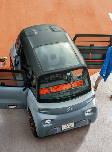Во Франции мини-электромобиль будет продаваться в супермаркетах: водить можно без прав