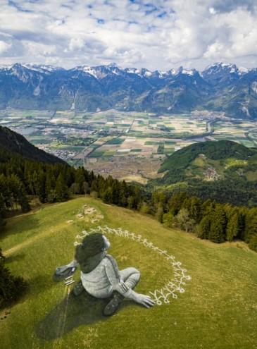 «Вне кризиса»: художник создал гигантскую ленд-арт картину в Альпах