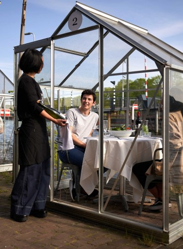 За стеклом: в Европе пытаются защитить посетителей ресторанов и пляжей прозрачными барьерами