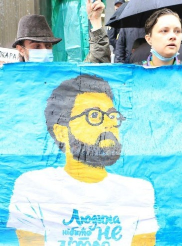 Протест под ливнем: в Одессе сотни людей вышли к суду, чтобы защитить несправедливо арестованного поэта