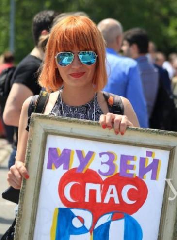 В Одессе больше тысячи людей вышли на митинг в поддержку директора музея, которого хотят уволить депутаты