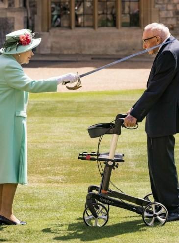 Елизавета II посвятила в рыцари 100-летнего ветерана, собравшего миллионы для врачей, борющихся с вирусом