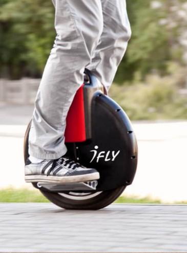 Водителей гироскутеров и электросамокатов могут обязать ездить по дорогам вместо тротуаров