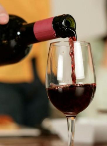 В красном вине есть фермент, помогающий победить COVID-19