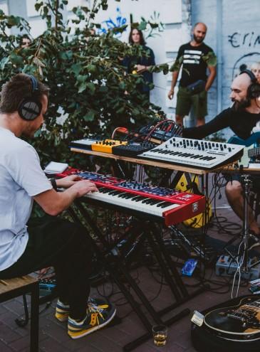 Известный электронный дуэт Ptakh_Jung выступит бесплатно в разных районах Киева – их можно пригласить