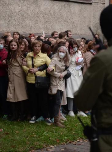 История в одном фото: женщины в Минске перед задержанием полицией
