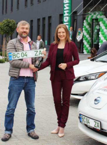Водителям электромобилей начали выдавать зеленые номера: они дают преимущество