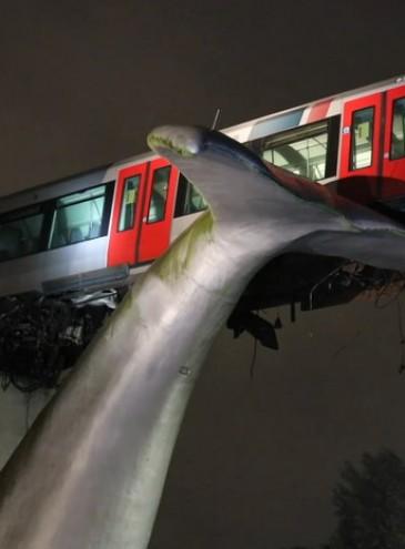Современное искусство спасает: гигантский хвост кита не дал сорваться поезду
