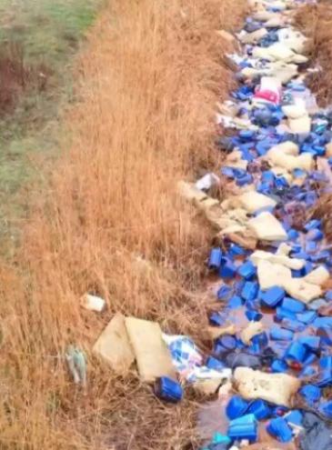 Такого еще не было: в речку под Киевом выбросили тысячи канистр с едкими химикатами