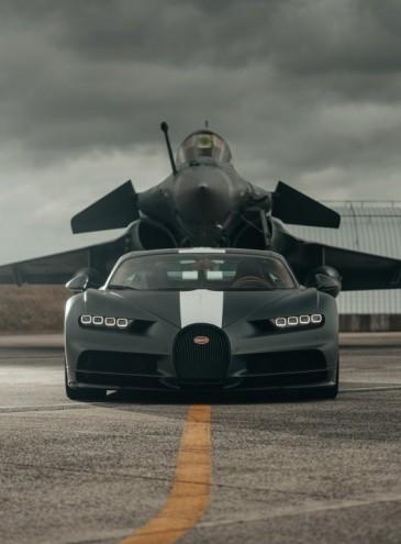 На базе ВМС во Франции соревновались Bugatti Chiron и истребитель Rafale