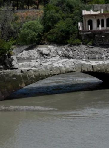 В Грузии из-под воды появился древний мост Помпея, которому больше 2000 лет
