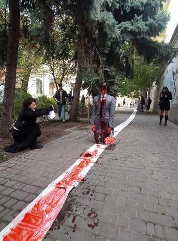 Красная линия на осеннем пейзаже. Пять перформансов в одесском музее (видео)